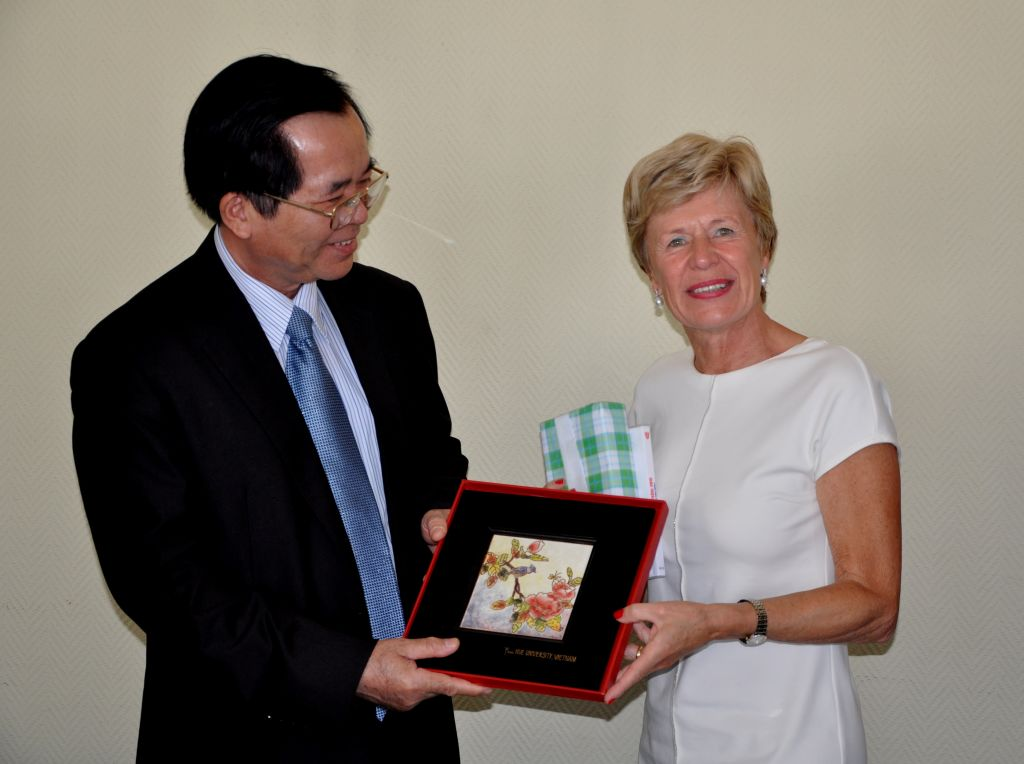 Hue University President met with Ghent University Rector